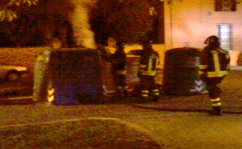 Immagini esclusive: cassonetto dato alle fiamme a Cento