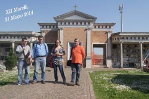 Il gruppo di tecnici in visita al camposanto di XII Morelli accompagnati da Giancarlo Alberghini seconda da sinistra foto