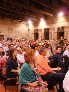 """La Sala della Musica affollata. In primo piano i rappresentanti del Foto Club """"Il Guercino""""."""