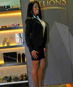 Delis in splendida forma hostess durante una promozione. Il serio completino nero fatica a nascondere le conturbanti forme di delis