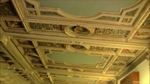 uno scorcio del soffitto decorato del salone di rappresentanza di palazzo rusconi