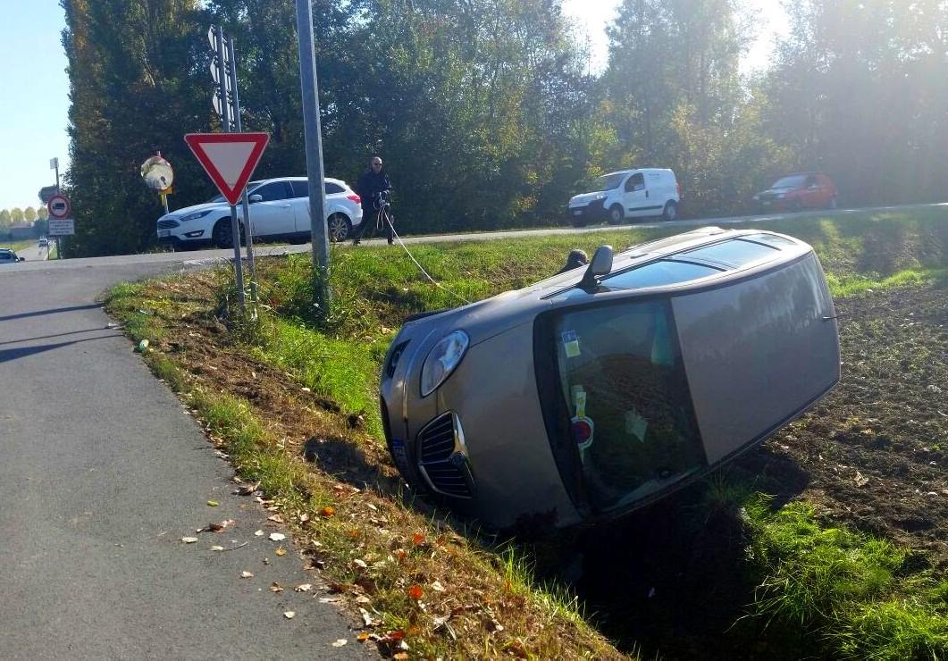 Auto vola  fuori dalla strada dopo incidente