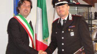 nella foto il Sindaco Fabtizio Toselli riceve il nuovo comandante della Compagnia di Cento Antonino Lembo